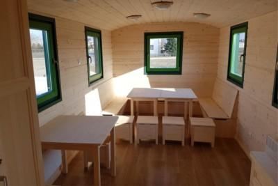 Sitzecke mit U-Sitzbank, Tischen und Hockern