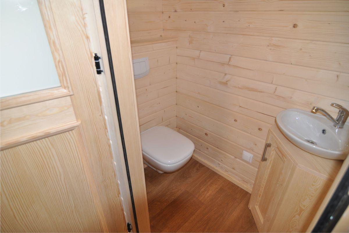 Bad mit WC und Waschtisch