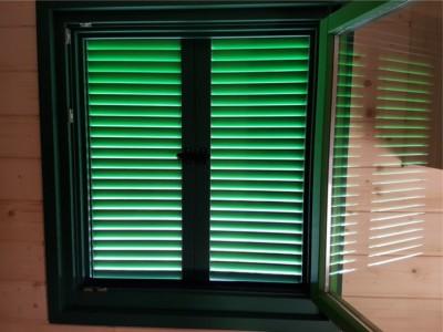Von innen verriegelbare Fensterläden