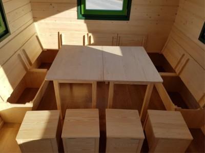 U-Sitzbank mit Stauhockern und Tischen