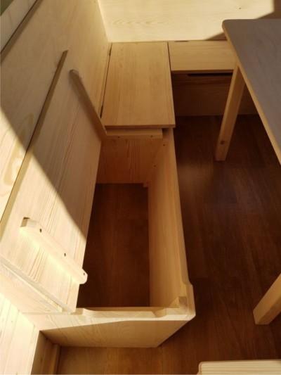 Aufklappbare Sitzbänke mit Stauraum