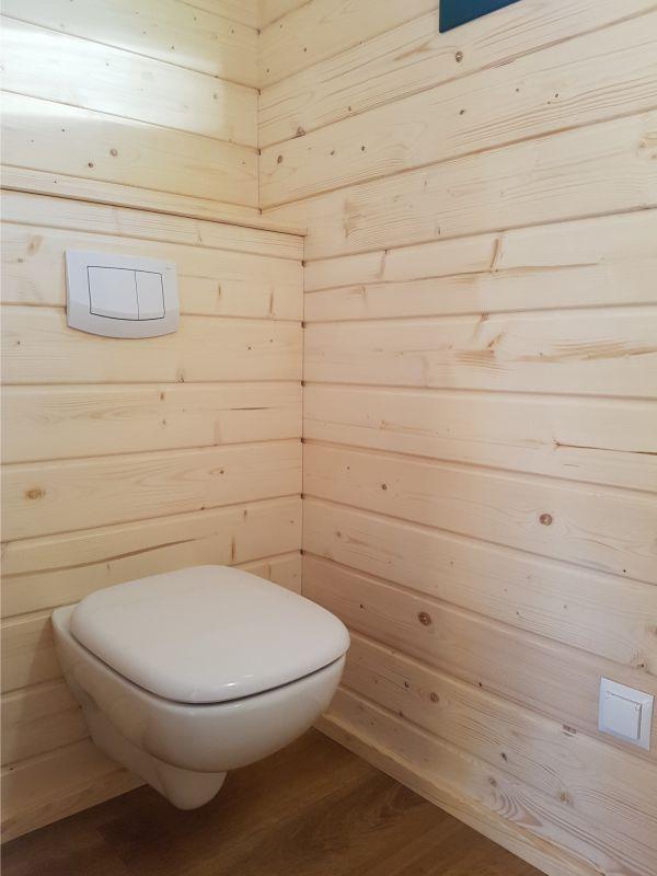 WC mit verkleidetem Spülkasten