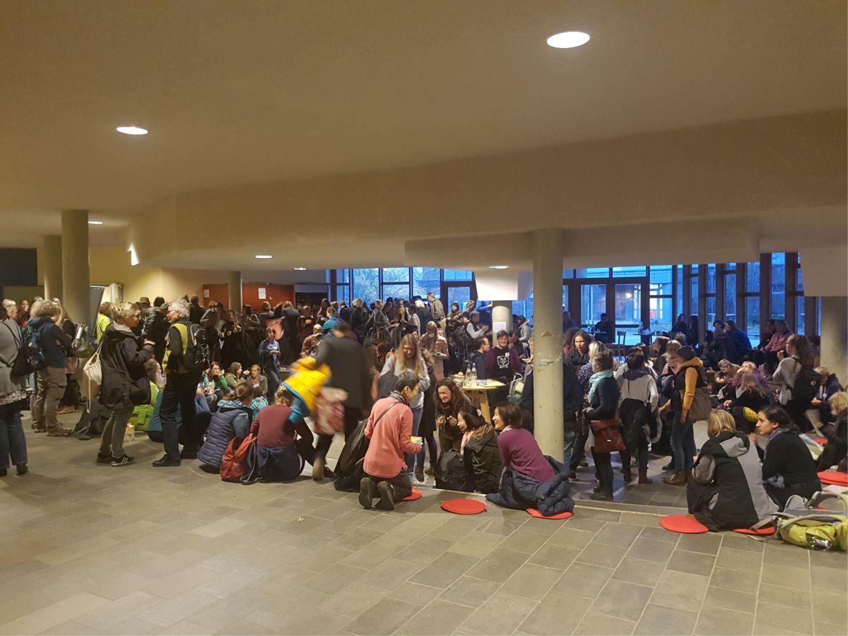 Zentraler Anlaufpunkt war die große Empfangshalle in der Waldorfschule in Kreuzberg