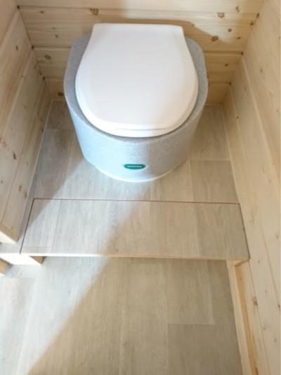 Sanitoa Einstreu-Toilette mit klappbarem Kinderpodest