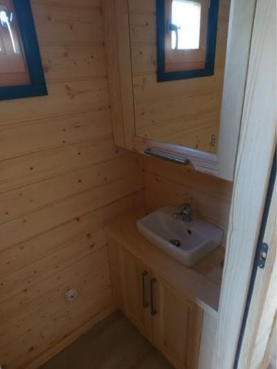 Waschbecken mit Wasserreservoir im Oberschrank