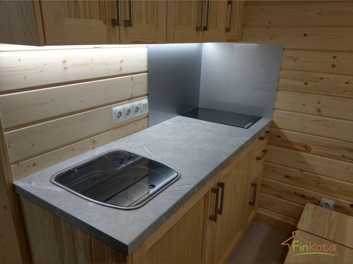 Voll ausgestattete Küche mit Kochplatte und Kühlschrank