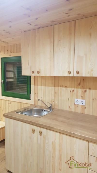 Küche mit Ober- und Unterschränken