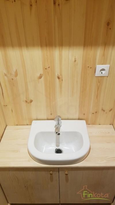 Waschbecken mit Unterschrank in kindgerechter Höhe